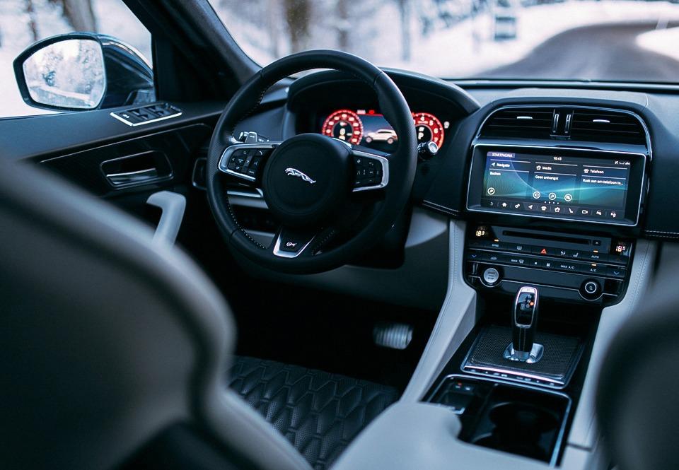 Jaguar F-Pace SVR interieur
